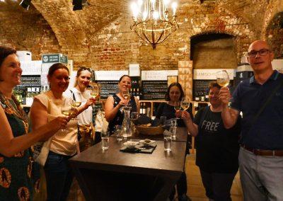 Weinverkostung in einem Keller der Innenstadt