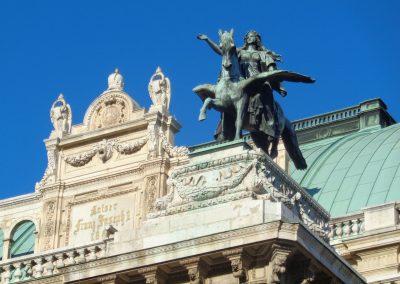 Staatsoper, Pegasus-Skulptur